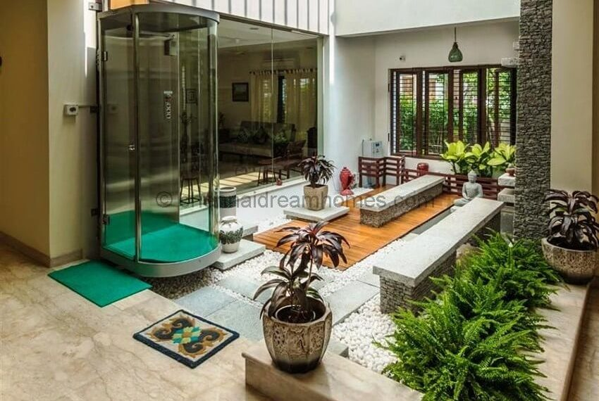 Large Courtyard space and Capsule Lift