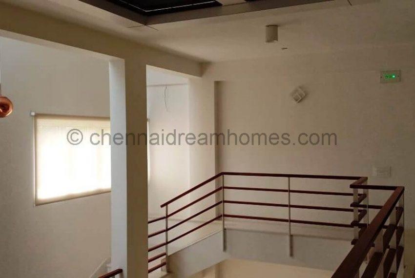duplex-Inner staircase to upper level